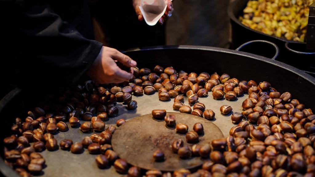 Adventmarkt Weihnachtsmarkt Deutschland - heiße Maroni Kastanien