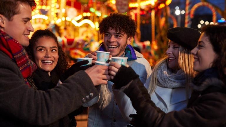 Weihnachtsmarkt Glühwein in Italien Adventreise mit Freunden
