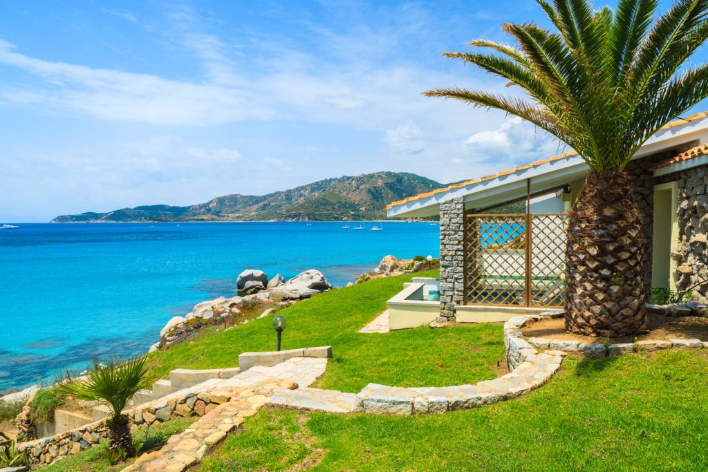 Viele Ferienhäuser auf Sardinien haben direkten Zugang zum Meer