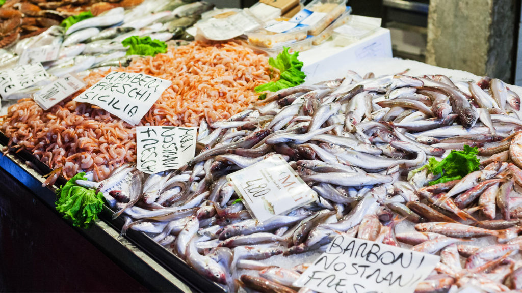 fangfrischer Fisch auf dem Markt in Sardinien