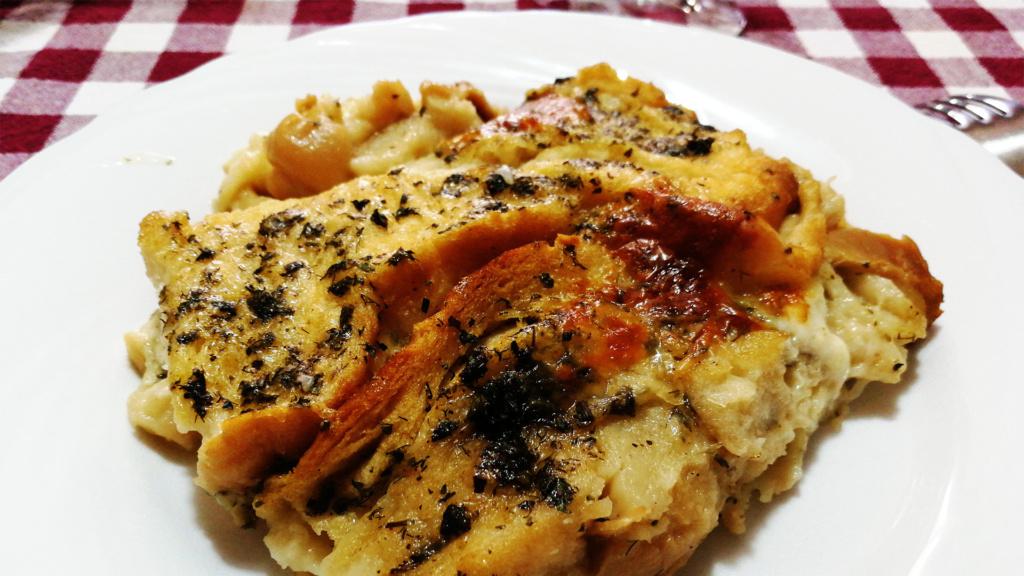 Zuppa Gallurese ist eines der bekanntesten traditionellen Gerichte auf Sardinien